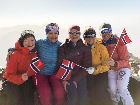 De fem Vågan-venninnene Mona Aagaard-Nilsen, Ann Cathrin Berg, Sølvi Kristiansen, Bjørg Steinmo og Line Rodahl Dokset på toppen av fjellet Jebel Toubkal hele 4167 meter over havet.