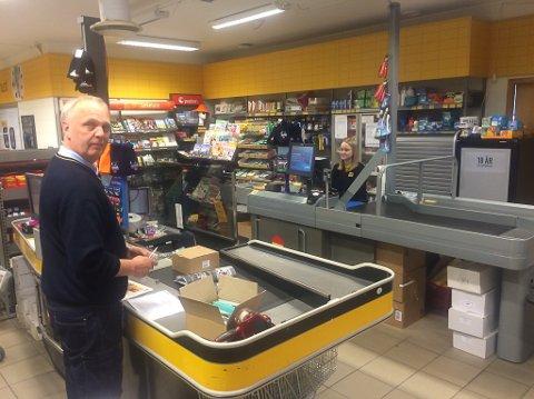 Tor Gunnar Olsen og Malin Bendiksen jobber på Norges beste Coop Prix på Reine.