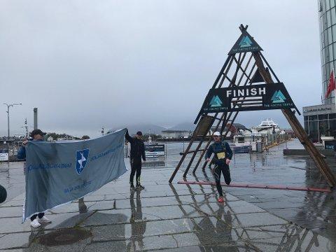 Einar Lund løper her inn til mål på siste etappe og tar seieren på vegne av stafettlaget Sambandsbataljonen fra Indre Troms.