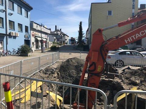 Gravearbeider her i Kirkegata har så langt i juni stanset opprettelsen av gågate i Vestfjordgata.