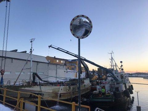 """Hevet: I mars ble vraket av """"Øksnesværing"""" hevet inne ved kaia til dobbeltfrysa i Svolvær. Her er Alf Brekken & Sønner AS i gang med en flere dager lang jobb for å få opp båten. Nå er regninga presentert for eieren."""