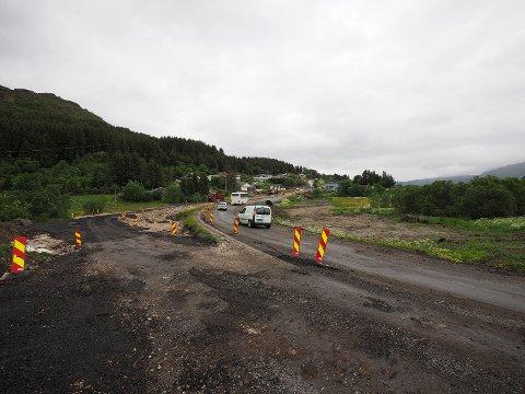 Omfattende arbeid: Arbeidet går fremover med gang- og sykkelveien mellom Gravdal og Ballstad.