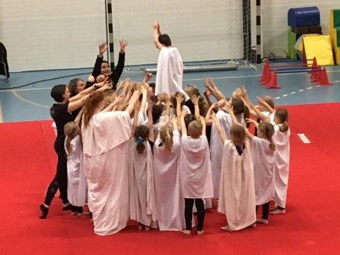 Gjennom deler av vinteren så har gymnastene, som for en uke siden var på Barneturnstevne på Andenes, øvet på et program som foreldrene i dag fikk se.