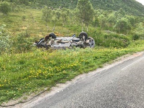 Bilen havnet på taket etter utforkjøringa.