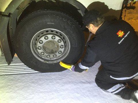 Her setter Statens vegvesen hjullås på et vogntog i etterkant av en utforkjøring med dårlige dekk i Troms. Snart kan hjullås også brukes for å sikre at gebyrer blir betalt. Foto: Foto: Jørn Simonsen, Statens vegvesen