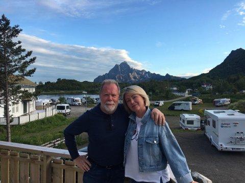 """Klare: Kjell Normann og Tanja Normann er klare til å ta i mot både NRK-ansatte, gjester, og lokalt publikum under neste ukes sendinger av """"Sommeråpent"""". Her på Kabelvåg Feriehus & Camping i Mølnosen."""