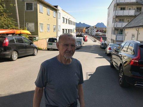Vågan kommune må straks ta fatt i problemene i Sjømannsgata. Her trengs fortau og som man ser et helt nytt parkeringsregime, sier styreleder Jan Eirik Horn i Tidemands Brygge borettslag.