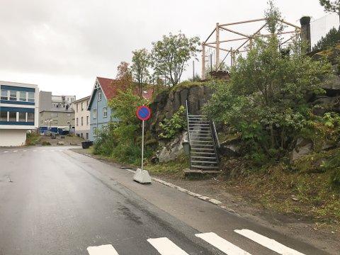Hele gata langs Langåsen og fram til Storgata i bakgrunnen er det nå parkering forbudt av hensyn til sikkerhet for unger som skal til og fra Klatreparken.