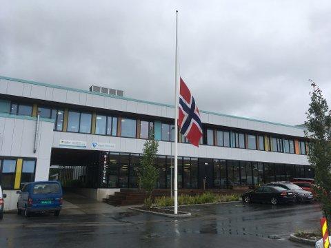 Flagget heist til halv stang ved Aust-Lofoten videregående skole.