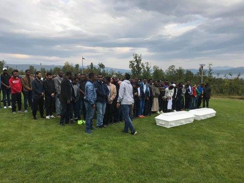 Begravelse: Kamal Sidi ved Al Hidaya kultursenter har valgt å dele bilde fra begravelsen med Lofotpostens lesere. Han er svært takknemlig for all støtte og hjelp familiene har fått denne uka. Mange fremmøtte til begravelsene som skjedde fra Tromsø Moské.