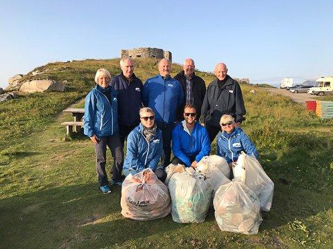 RYDDET: Vestvågøy Høyre ryddet i går søppel i strandsonen på Eggum. De er positive til søppelprosjektet som LAS og Clean Up Lofoten har i gang.