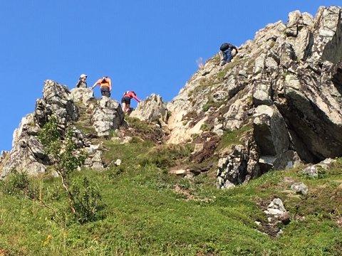 Det er svært bratt i enkelte områder på vei mot toppen av Reinebringen. I noen områder kan stein løsne og skape farlige situasjoner for andre turgåere som kommer bak. Dette bildet ble er tatt av Jack Tore Rondung fra Leknes, som også gikk tur på Reinebringen tirsdag.