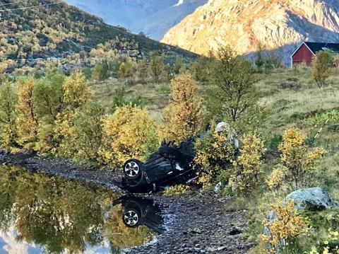 PÅ TAKET. Bilen ble liggende på taket kloss inntil Storvatnet