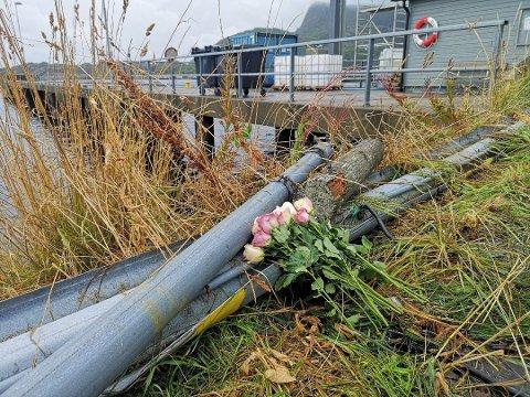 Blomster på ulykkesstedet i Svolvær, hvor tre personer omkom.