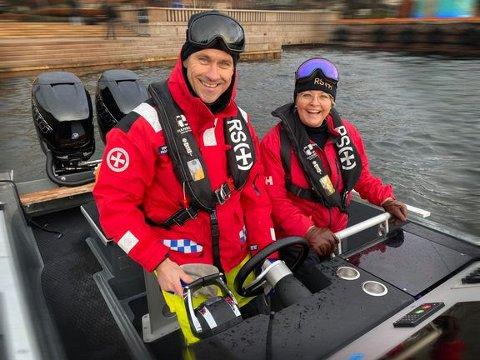 Rikke Lind og Pål Virik Nilsen ønsker at regjeringen utreder et eget høyhastighetsertifikat for fritidsbåtfolket. Foto: Redningsselskapet