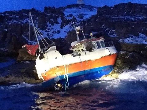 GÅTT PÅ GRUNN: Her står båten i fjærsteinene.