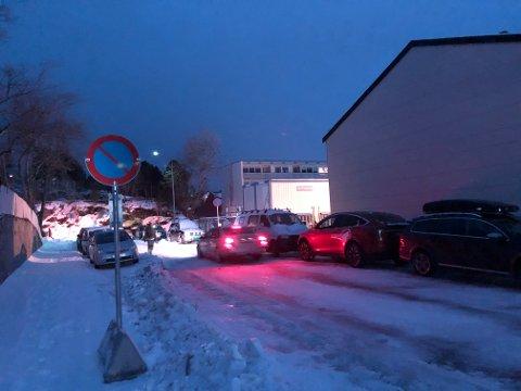Parkering forbudt: Det er innført parkering forbudt i gata mellom Vågan lokalmedisinske senter og Byparken.