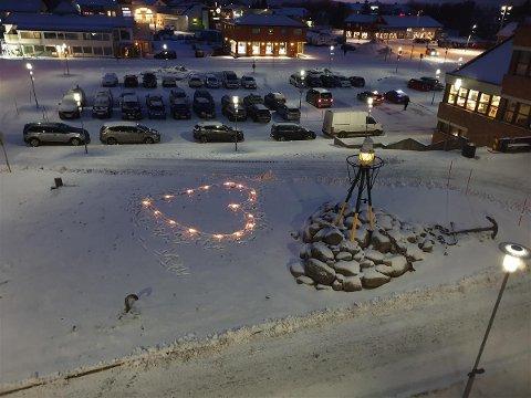 Fakkelhjerte: Vestvågøy kommune markerte trafikkofrenes dag ved å tenne et fakkelhjerte utenfor rådhuset.