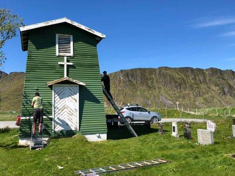 STRØMSTRID: Kirkegården på Fredvang venter på strøm. Grunneier og Lofotkraft er ikke enig om hvem som eier kabel og trafo. Foto: Kirken i Flakstad