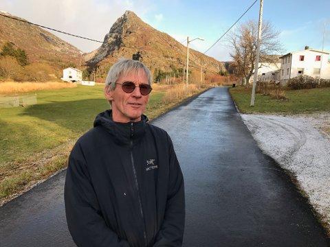 ENDELIG: Årsteinveien kom i 1988, og nå høsten 2020 har vi endelig fått asfalt, sier Gunnar Aarstein.