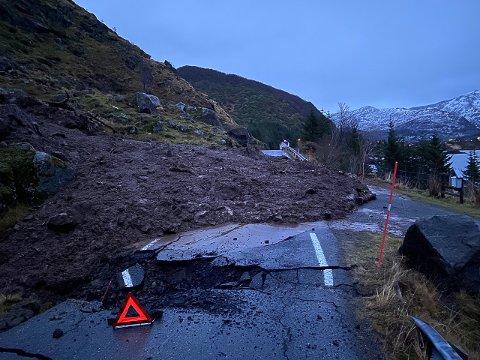 TIDLIGST ONDAG: Finstadveien har fått betydelige skader og blir ikke åpnet før tidligst onsdag