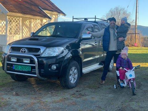Erik Wasshaug med Ariel (4), Matheo (2) og en Toyota Hilux av den typen  han selger mest av i Etiopia.