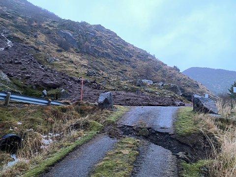Det gikk et steinras lørdag kveld, som gjorde store skader på Finstadveien. Statens vegvesen opplyser at veien forhåpentligvis åpner torsdag.