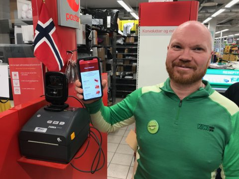 POSTAPPEN: Ole-Petter Tandsten ved Post i butikk Kiwi Svolvær Sentrum sier at den nye appen til Posten gjør at man selv kan fylle ut pakkeskjema og spare porto.