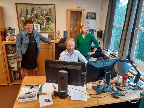 Arbeiderpartiet og Senterpartiet har flertall i Vestvågøy kommune, og stemmer likt i de fleste saker. I skolestruktursaken kan samarbeidet bli satt på en hard prøve, men de to partiene har allerede snakket sammen om at uenighet ikke skal bety brudd. Fra venstre, gruppeleder i Arbeiderpartiet, Eva Karin Busch, ordfører Remi Solberg (Ap) og varaordfører Anne Sand (Sp).
