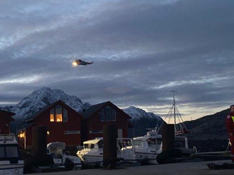 Redningshelikopter søker fra lufta i området ved Lilleeidet.