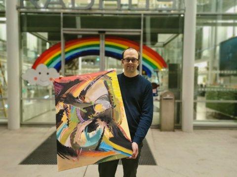 MALTE REGNBUE: Skiltmaler Gundersen - eller Kristian Gundersen - som han heter, fikk kommunens hederspris blant annet for sin innsats med å male regnbuer og budskap på butikkvinduer om å handle lokalt.