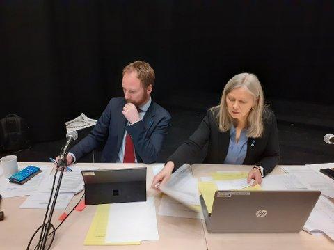 Ordfører Remi Solberg (Ap) og varaordfører Anne Sand (Sp) i årets siste kommunestyre, tirsdag 1. desember 2020.