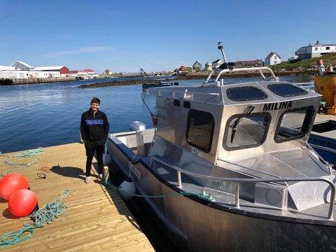 """UNG: 20 år gamle Jørgen Andreassen for den åtte meter lange """"Solskjær"""" som han kjøpte i sommer. å spekulerer han på ny og større båt."""