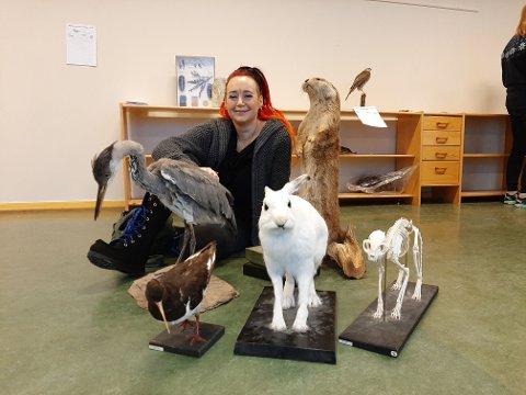 DYREHAGE: For drøye 2000 kroner sikret Ruby Rogersdatter seg denne flotte gjengen med dyr under auksjonen på Ramberg skole.