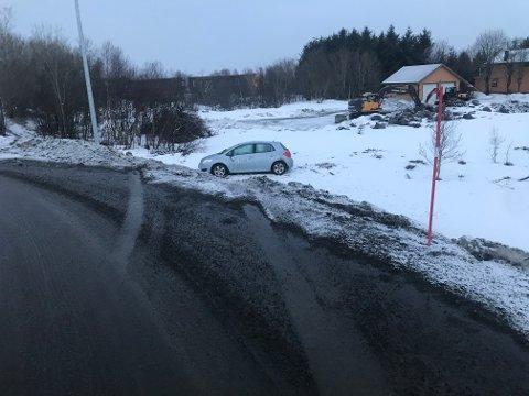 """Den nye rundkjøringa mellom Lekneshallen og  """"Fjøskrysset"""" kjørte turistene rett ut og i grøfta. Bilen landa på rett side og personene i bilen skadet seg ikke."""