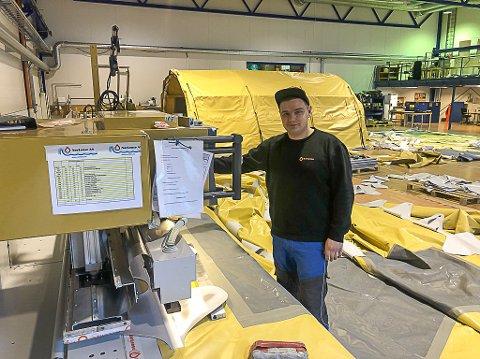 Økt kapasitet: Norlense på Fiskebøl opplever oppgang og økt etterspørsel etter feltsykehus.  Sergej Terechovskij er arbeidsformann på telt og i full sving i produksjonen.