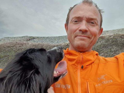 PERMITTERT: Koronaviruset sørget for at Dan-Viggo Vårum karriere i Arctic Buss Lofoten startet med permittering. Han ser ikke mørkt på situasjonen. Her er han på tur med Tussi.