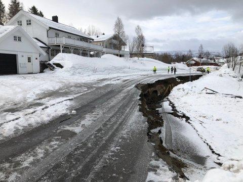 Jan-Gunnar Nævermo rygget ut fra garasjen på bildet da han oppdaget jordraset som var gått.