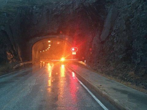Krasjet: Natt til søndag krasjet en person i Nappstraumtunnelen, og stakk av.