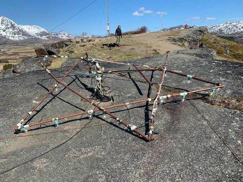 Ødelagt: Stjerna på Borgatoppen over Leknes ligger nede. Initativtakerne til landemerket mener vandaler står bak.