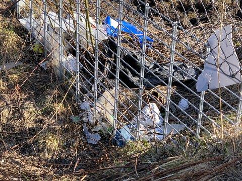 Søppel: Det lå strødd søppel både på innsiden og utsiden av gjerdet ved Haugen.