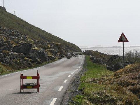 Området hvor steinraset har gått, er et område hvor det er kjent rasfare. Bildet er tatt fra vestsida, rett forbi Sandvika.