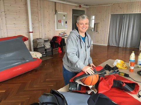 DRAKTREPERATØR: Her er Lise Pedersen i gang med å reparere en tørrdrakt i lånte lokaler i Catogården på Reine. Snart er hun i gang i egne lokaler på Mølnarodden.
