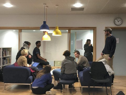 : Studentmassen arbeider med kampanjen i biblioteket ved Nordland Kunst og filmhøyskole. oto: Anna Näumann