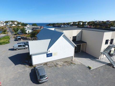 VIL RIVE: Lofoten Rorbuhotell vil rive kinobygget (i forgrunnen) for å utvide hotellet. I ti måneder har de ventet på svar fra kommunen. Foto: privat