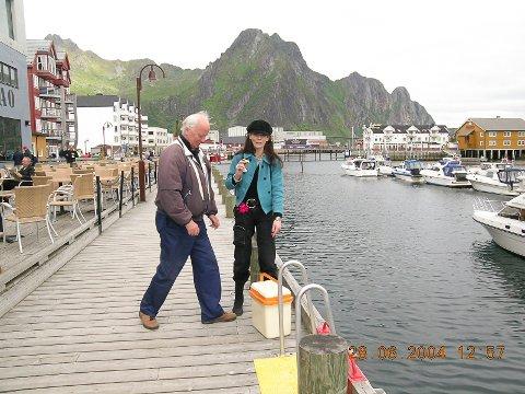 Datteren Ninni og Thorvald Stoltenberg besøkte kunstverket på havnepromenaden i Svolvær sommeren 2004.