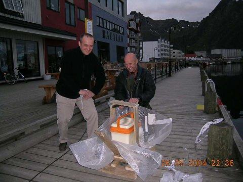 Montering av kjølebagen ble utført en sen maikveld i 2004, av Tor Inge Kveum og Axel Sømme fra arkitektkontoret CUBUS.