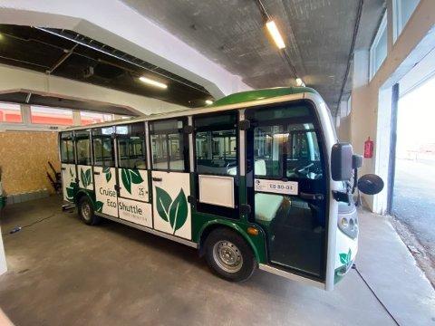 ELEKTRISK: Shuttlebussen til Arctic Guide Services AS har en toppfart på 30 km/t. Da tar den ekstra omveien lang tid.