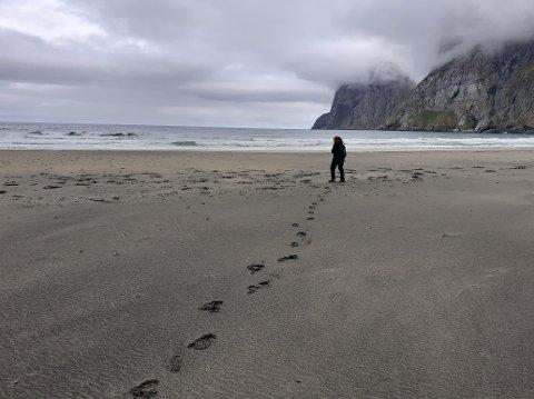 På formiddagen, onsdag 3. juni, kunne vi fra Lofotposten holde god koronaavstand på stranda.