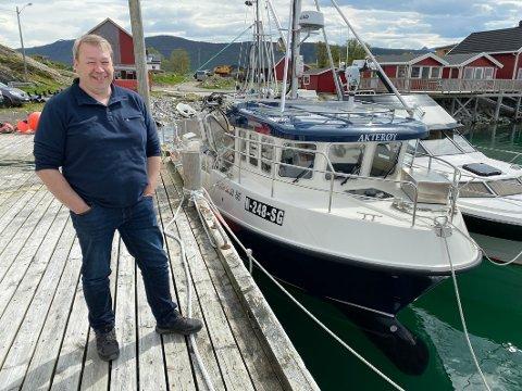Storfornøyd: Jan-Erik Andersen er storfornøyd med nysjarken sin. Nå gjør han seg kjent med båten får han starter å fiske med den.